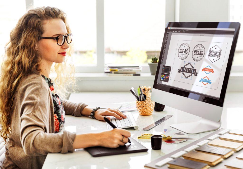 Mujer diseñando en computadora